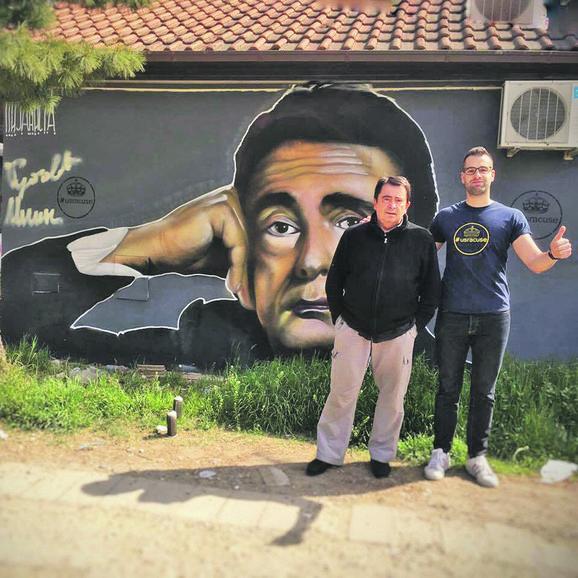 Lane Gutović pored svog murala