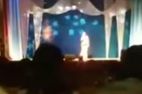 PUBLIKA U PANICI: Pevačica umrla tokom koncerta
