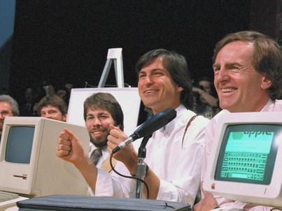 Od lewej Steve Wozniak, Steve Jobs i John Scully