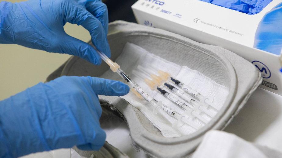 Włochy: Lekarka dostała sześć dawek szczepionki Pfizera. Jest na obserwacji