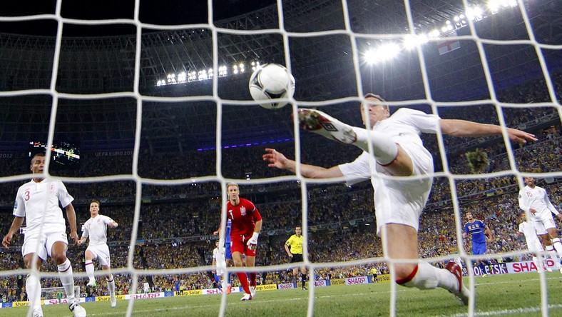 John Terry wybija piłkę z angielskiej bramki