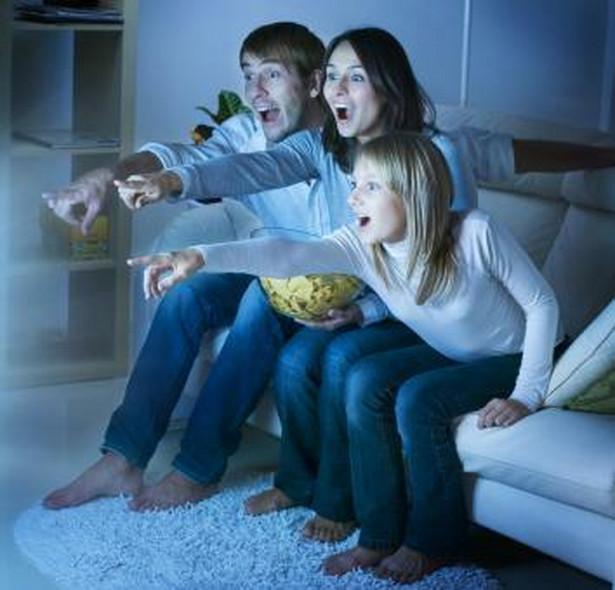 Rodzina oglądająca telewizję