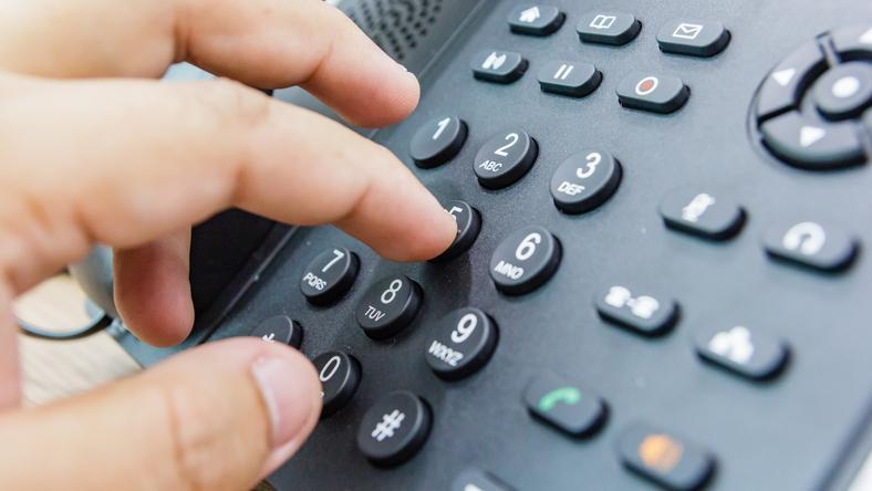 Oszuści najczęściej dzwonią do seniorów na numer stacjonarny