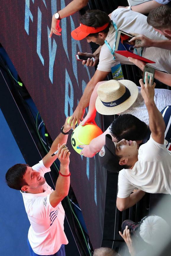 Novak Đoković i navijači posle njegovog plasmana u osminu finala Australijan opena