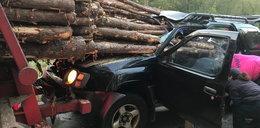 Drzewa wbiły się w samochód. Jak on to przeżył?