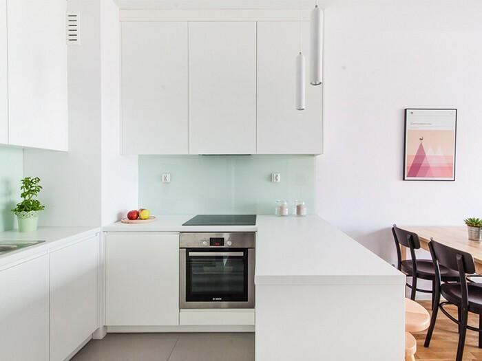 Aranżacja kuchni ma zapewnić dużo miejsca na przechowywanie żywności i przyborów kuchennych.