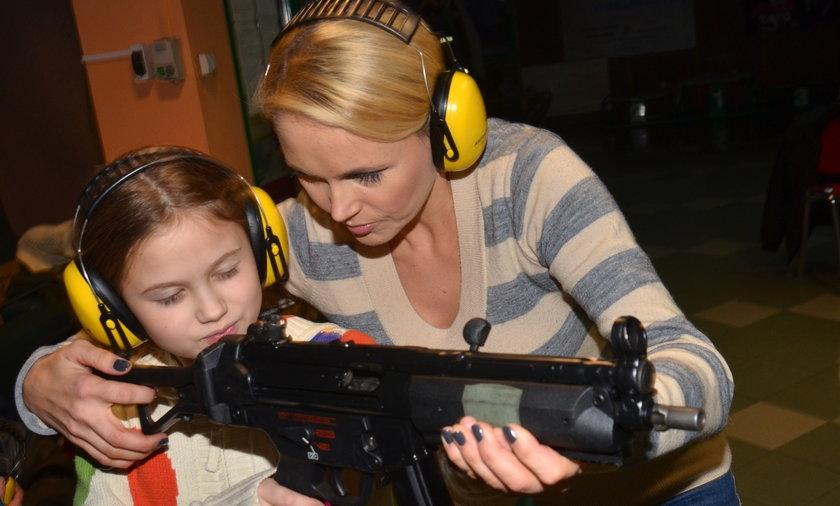 Anna Samusionek z córką na strzelnicy
