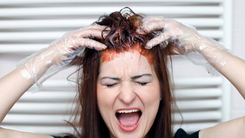 Kobieta farbuje włosy