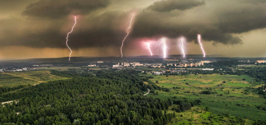 NIESAMOWITE! Sześć piorunów uderzyło w jedno miejsce w Polsce