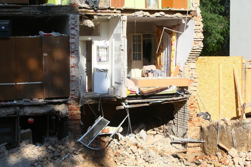 Zawaliła się ściana kamienicy w Warszawie. Wezwano ratowników z psami