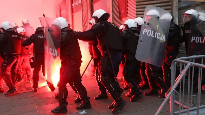 Policja na rondzie de Gaulle'a podczas Marszu Niepodległości w Warszawie