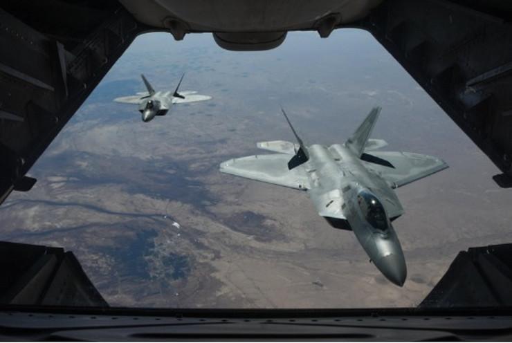 Američki avioni F'22 raptori lete iznad Sirije