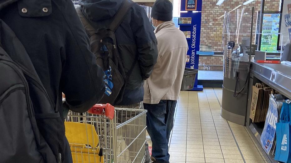 Az Aldi üzleteiben is figyelnek a távolságtartásra / Fotó: Blikk
