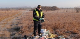 Grzebał w podrzuconych śmieciach i znalazł ich właścicielkę