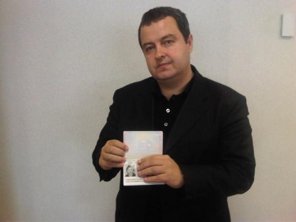 Ivica Dačić sa pasošem Žarka Lauševića
