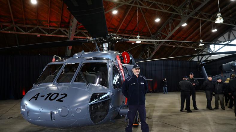 """""""Nigdy wcześniej policja nie dostała nowych śmigłowców. Zwykle były to helikoptery, śmigłowce, które były wykorzystywane wcześniej na potrzeby innych formacji, przede wszystkim wojska"""" – powiedział podczas uroczystości na lotnisku na warszawskim Bemowie."""