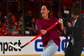 U ŠTIKLAMA NA LEDU Ana i Švajni na hokejaškoj utakmici, a onda je Srpkinja uletela na teren