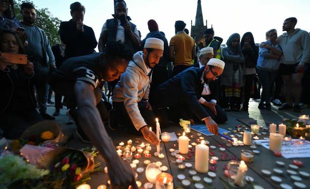 Na placu Świętej Anny, który po ataku stał się nieformalnym miejscem upamiętnienia, kilkaset osób w różnym wieku, trzymając w dłoniach świece, stanęło w ciszy, podczas gdy w pobliskim kościele dzwon wybił godzinę 22.31.