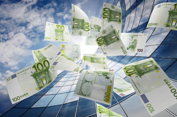 półki córki zagranicznych banków, działające w Polsce, są zadłużone w swych centralach na gigantyczną kwotę 55 mld euro, czyli blisko 250 mld zł.