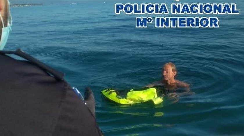 Nagi Polak uciekł przed policją do morza. Przecenił swoje siły,