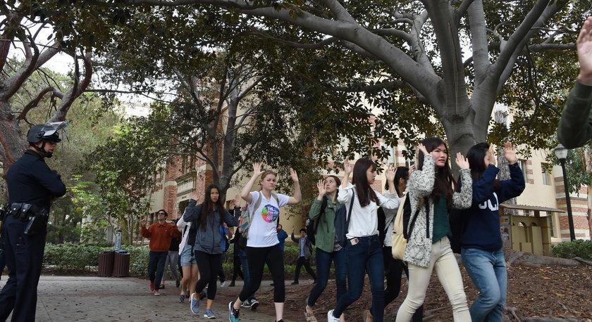 Studenci opuszczali budynek z podniesionymi rękoma