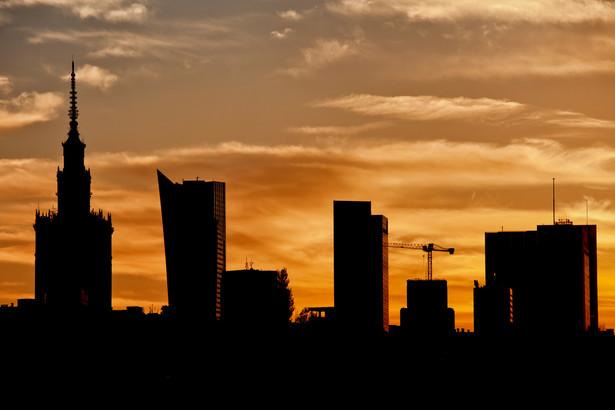 Widok na biznesowe centrum Warszawy o zmierzchu