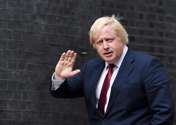 """""""Johnson musi sam posprzątać gruz, który rozrzucił przed Downing Street 10. Jest na razie śmieciarzem pani premier i odpowiada własnym wizerunkiem za to, że załatwi to w białych rękawiczkach."""""""