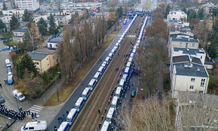 Niepokojące obrazki w Warszawie. Policja rzuciła do ochrony Kaczyńskiego potężne sił