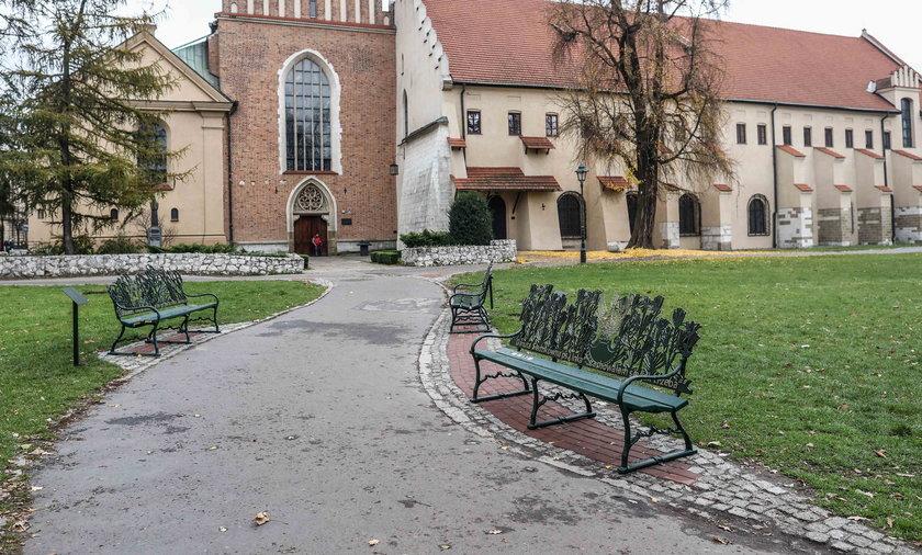 Ławki pamięci na ul. Franciszkańskiej w Krakowie
