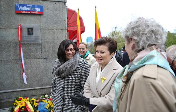 Hanna Gronkiewicz-Waltz oraz ambasador Izraela Anna Azari i ambasador Szwecji Inga Eriksson Fogh podczas uroczystości odsłonięcia tablicy poświęconej Raoulowi Wallenbergowi z okazji nadania ulicy jego imienia