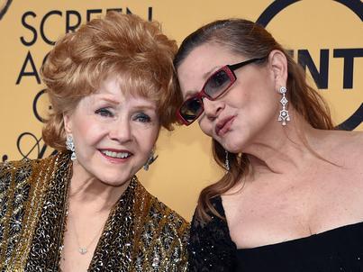 Debbie Reynolds (z lewej) na zdjęciu z córką, Carrie Fisher