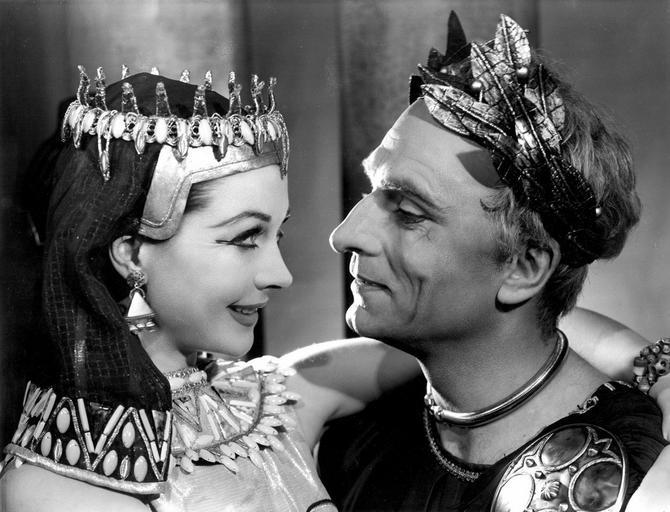 Vivijen Li i Lorens Olivije kao Kleopatra i Cezar u filmu