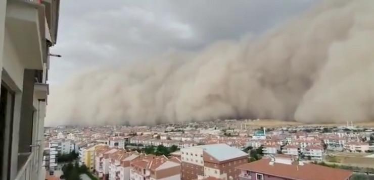 (VIDEO) PRETVORILA DAN U MRAK ZA NEKOLIKO SEKUNDI! Pješčana oluja pogodila Ankaru, šest osoba povrijeđeno!