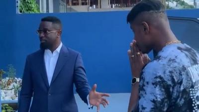 Sarkodie teaches fast rising Nigerian rapper how to make it big in Africa (WATCH)