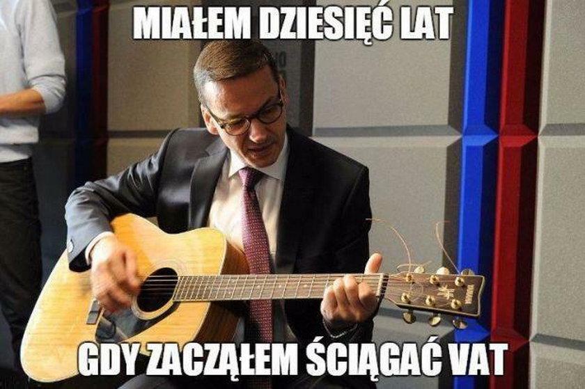 Pokazali Morawieckiego z gitarą. I zaczęło się, internet oszalał