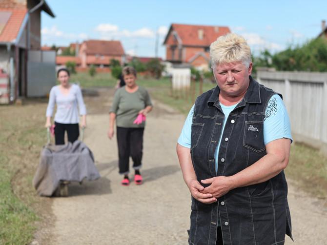 Konačno hrana stigla na odsečeni Ub: Sin spasavao Obrenovac, a njegova žena i beba bežale u noći