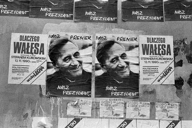 Tadeusz Mazowiecki na plakatach w czasie kampanii wyborczej przed wyborami prezydenckimi w listopadzie 1990 r.