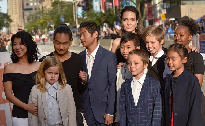"""Borac za ljduska prava Lung Ung, Vivijen, Medoks, Paks, Noks, Šilo i Zahara sa prijateljima na premijeri filma """"Prvo su ibili mog oca""""  prošle godine na Filmskom festivalu u Torontu"""