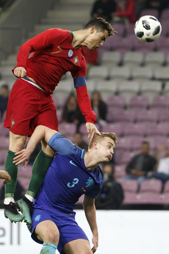 Kristijano Ronaldo u duelu sa De Lihtom