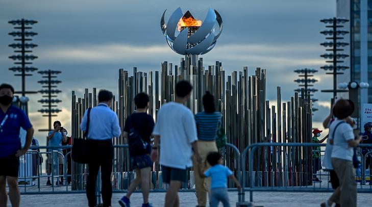 Az olimpiai láng a világméretű koronavírus-járvány miatt 2021-re halasztott 2020-as tokiói nyári olimpia idején Tokióban 2021. július 27-én / Fotó: MTI/Czeglédi Zsolt