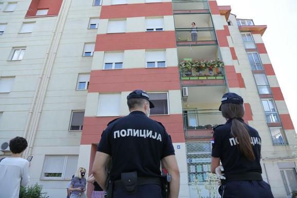 Policija ispred zgrade na Bežanijskoj kosi