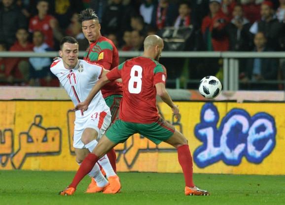 Filip Kostić između dva reprezentativca Maroka