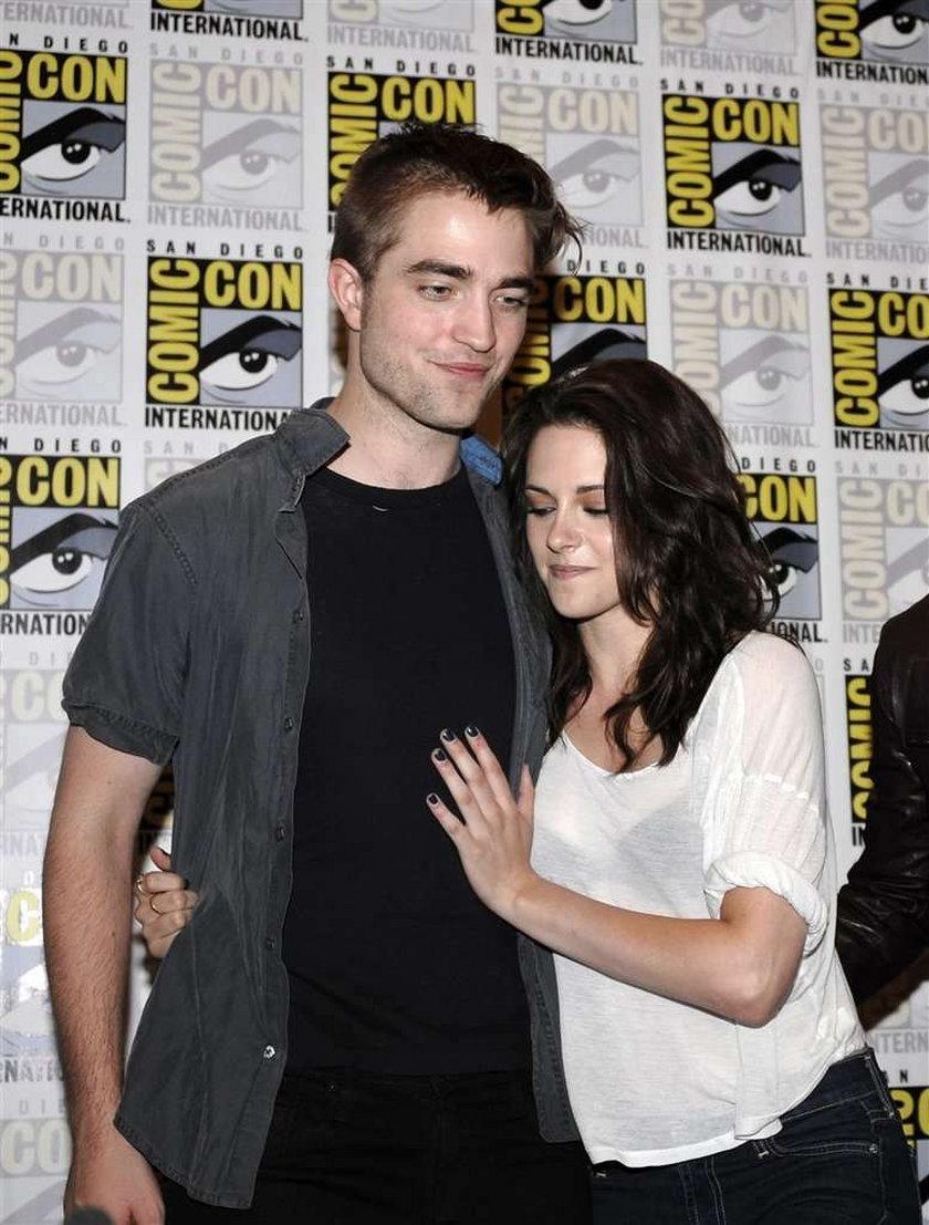 Pattinson i Stewart noszą peruki