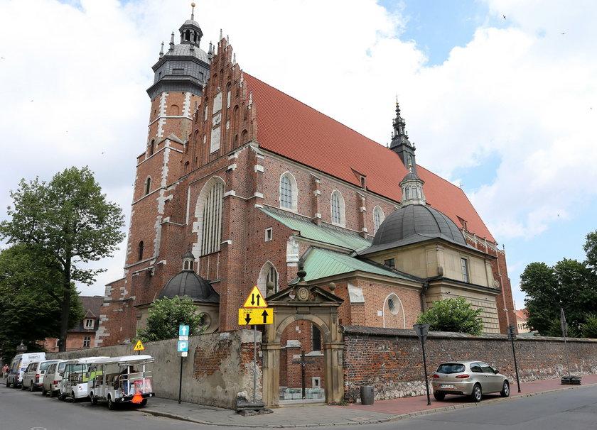 Skandal w krakowskim kościele. Rozebrał się do slipek