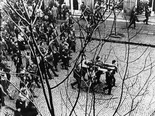 Grudzień '70. Na polecenie Kliszki zablokowano Stocznię. Do robotników wojsko otworzyło ogień