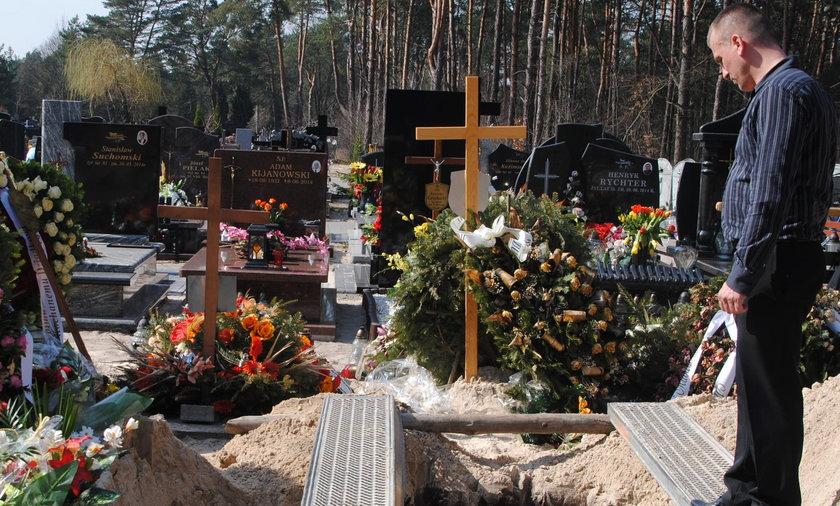 rozkopany grób