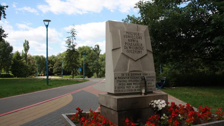 Jedno z miejsc pamięci poświęcone cywilom rozstrzelanym w Parku Szymańskiego na Woli