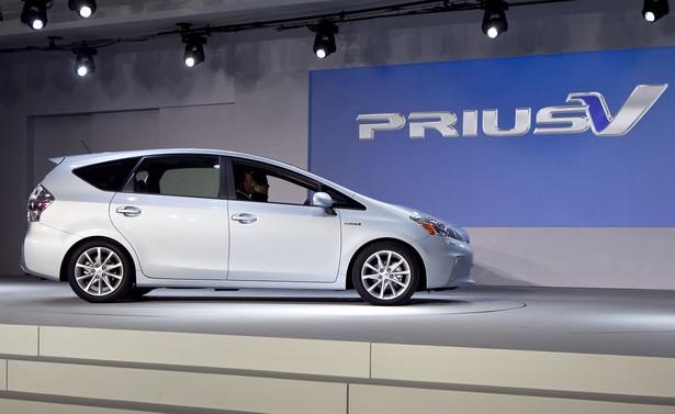Kilka lat temu doszło do głośnego skandalu związanego z samochodami Toyoty produkowanymi w latach 2004-2010. Problem dotyczył m.in. modeli Avalon, Camry, Corolla, Prius, oraz wybranych pojazdów marki Lexus. Chodziło o błędy konstrukcyjne, które mogły doprowadzić do zablokowania się pedału gazu w czasie jazdy i samoistnego przyśpieszenia pojazdu. Początkowo japoński koncern zaprzeczał wszelkim zarzutom i zrzucał winę na błędy kierowców. Jednak po udokumentowaniu ponad 60 przypadków zacięcia się pedału gazu (część z nich zakończyła się śmiercią pasażerów), Toyota ugięła się pod naciskiem amerykańskiego wymiaru sprawiedliwości. W latach 2009-2010 koncern wezwał do swoich serwisów lub wycofał z rynku ponad 9 mln samochodów na całym świecie. W 2012 roku, aby uniknąć postępowania prokuratorskiego, Toyota zapłaciła amerykańskiemu rządowi rekordową grzywnę 1,2 mld dolarów. To jednak zaledwie kropla w morzu strat poniesionych przez japoński koncern. Szacuje się, że w ciągu ostatnich 5 lat japoński koncern wypłacił w sumie prawie 50 mln dolarów w odszkodowań i zmagał się z 400 postępowaniami sądowymi. Na skandalu ucierpiała również wartość marki Toyota. Ogółem, straty poniesione przez Japończyków sięgają miliardów dolarów.