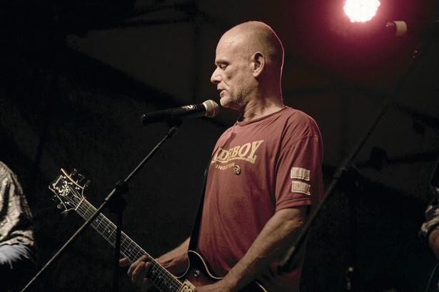 Urodzony w 1961 roku Robert Brylewski był wokalistą, gitarzystą, kompozytorem i autorem tekstów. Od lat 70. współtworzył lub brał udział w kilkunastu projektach muzycznych, z którymi wydał łącznie kilkadziesiąt płyt. Bliski był mu nie tylko punk rock, ale także reggae i muzyka elektroniczna.