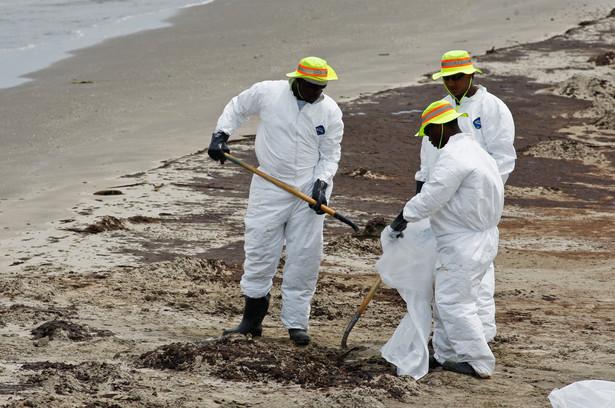 Katastrofa w Zatoce Meksykańskiej: Grand Isle, Louisiana, USA. Pracownicy zatrudnieni przez koncern BP zbierają pozostałości ropy wraz z warstwą piachu. Fot. Derick E. Hingle/Bloomberg